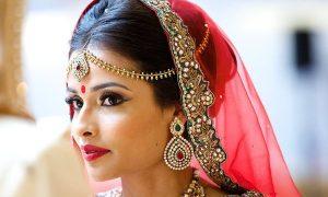 L'art de porter le matha patti ou le bijou de front indien
