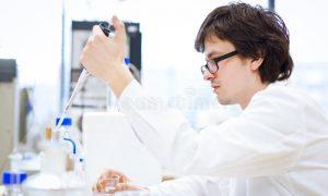 Étudiant en chimie : comment bien choisir votre blouse blanche ?